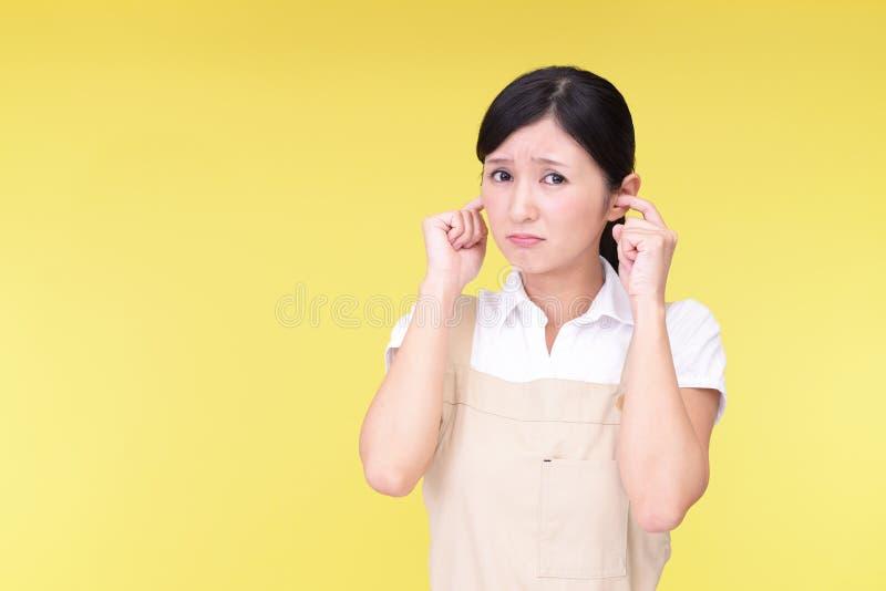 Женщина покрывая ее уши стоковое изображение rf