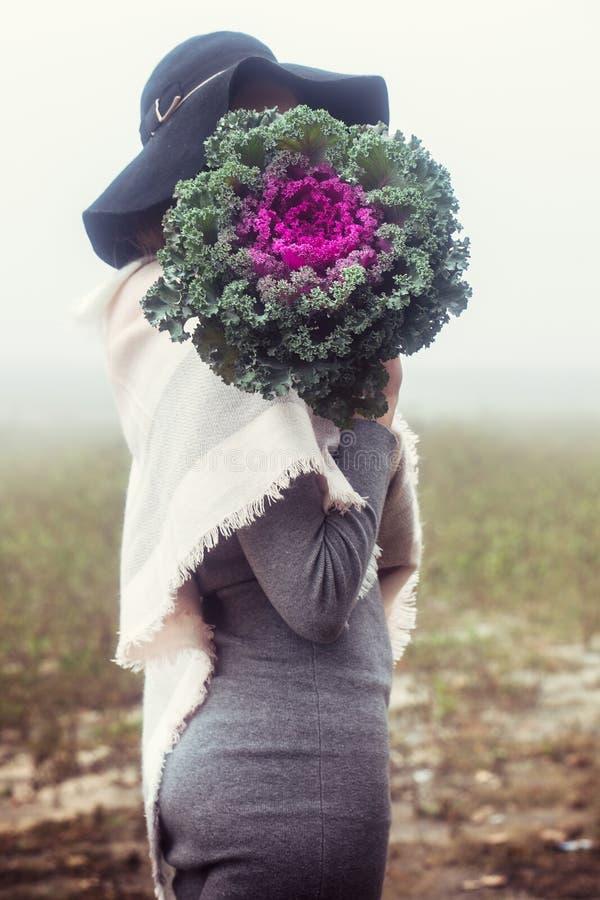 Женщина покрыла ее сторону с капустой стоковое изображение