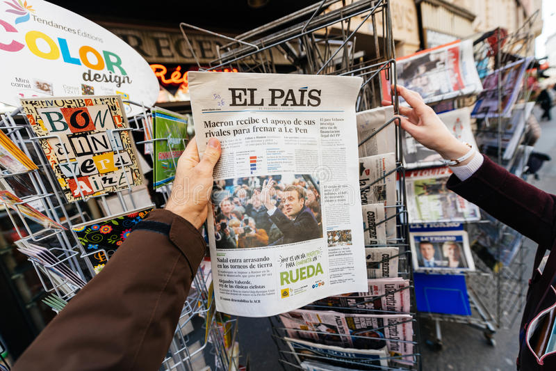 Женщина покупая международную прессу с Emmanuel Macron и морским пехотинцом стоковые фото