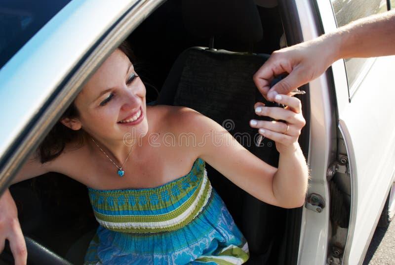женщина покупкы автомобиля счастливая стоковое фото rf