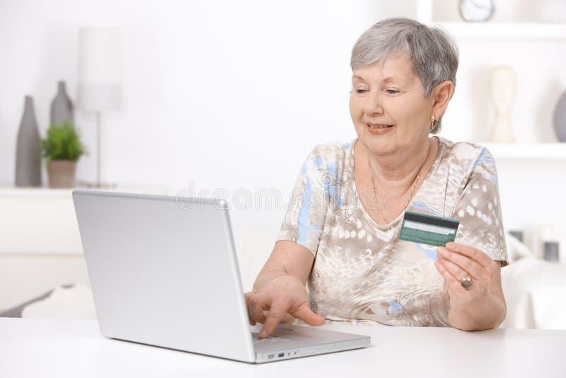 женщина покупкы интернета старшая стоковое изображение rf