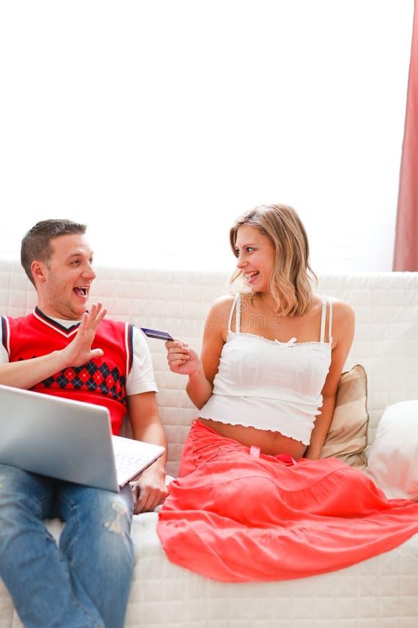 женщина покупкы интернета супруга супоросая стоковая фотография