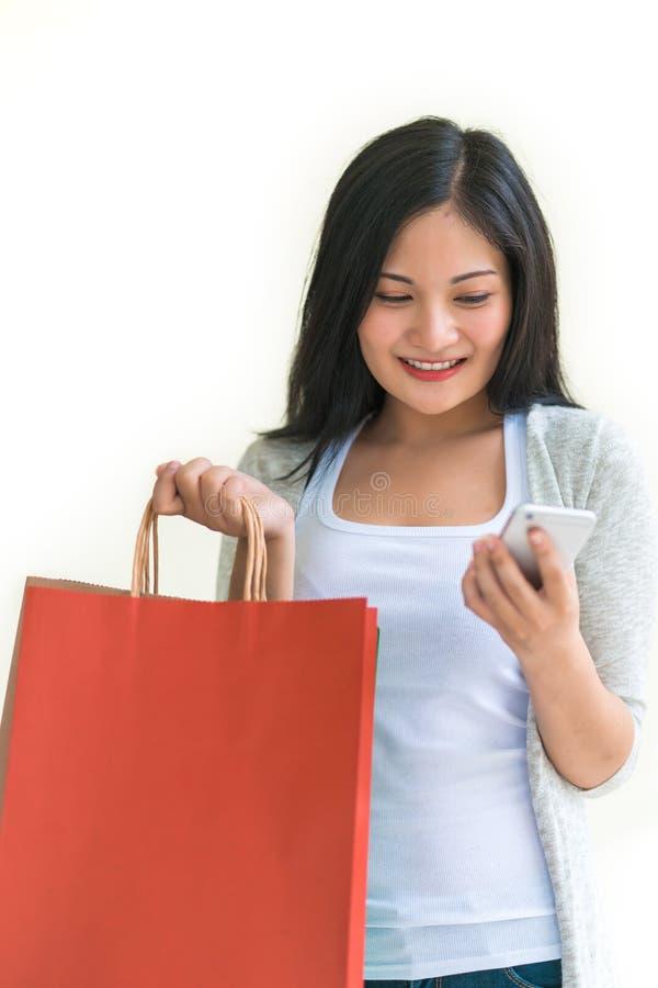 Женщина покупок держа сумки изолированный на белой концепции предпосылки, защиты интересов потребителя, продажи и людей стоковые фотографии rf