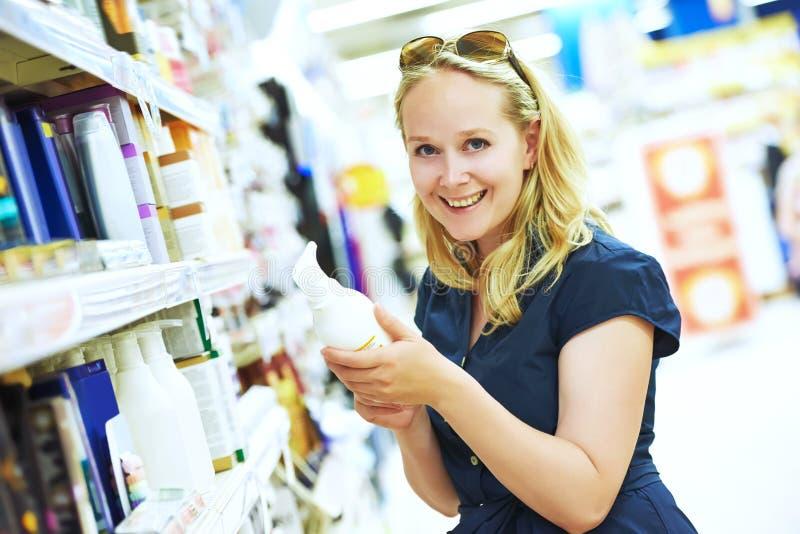 Женщина покупок на косметическом магазине стоковая фотография