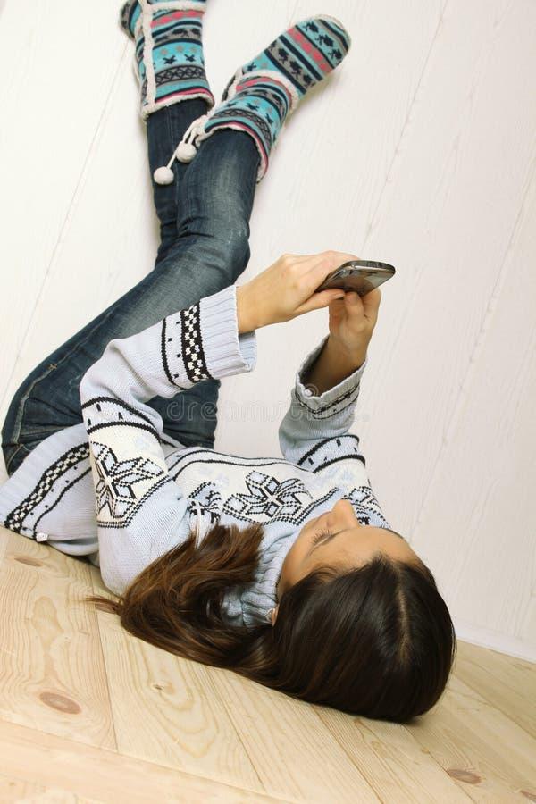 женщина пола лежа стоковые изображения