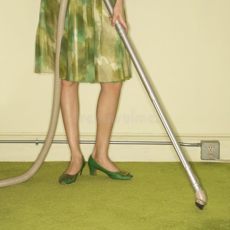 женщина половика вакуумируя стоковая фотография rf