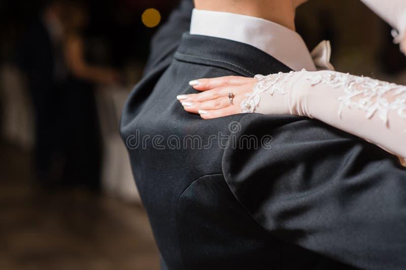 Женщина положила руку на плечо человека во время танца стоковая фотография