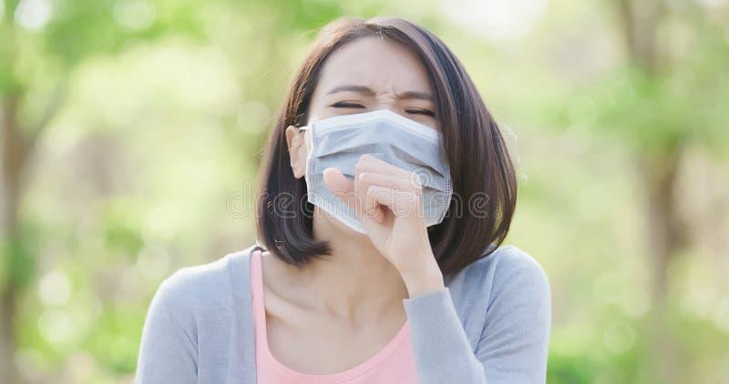 Женщина получает больной стоковая фотография