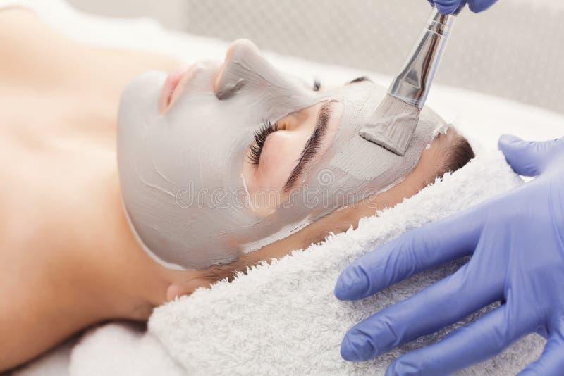 Женщина получает лицевой щиток гермошлема beautician на курорте стоковое фото rf