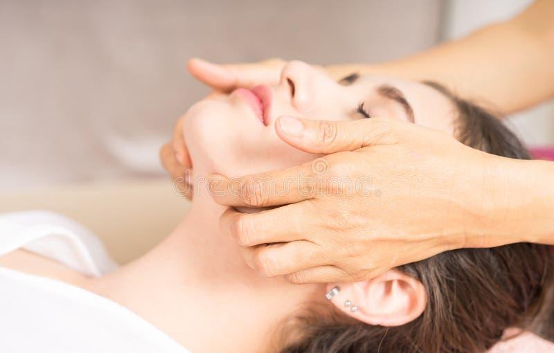 Женщина получает массаж стороны стоковое фото rf
