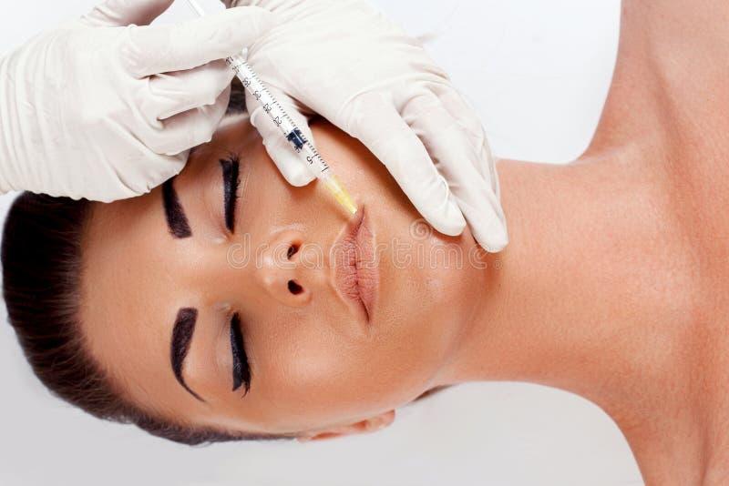 Женщина получая впрыску красоты для губ : Пластическая хирургия, красота, концепция спа Лицевое подмолаживание Увеличение губы стоковая фотография rf