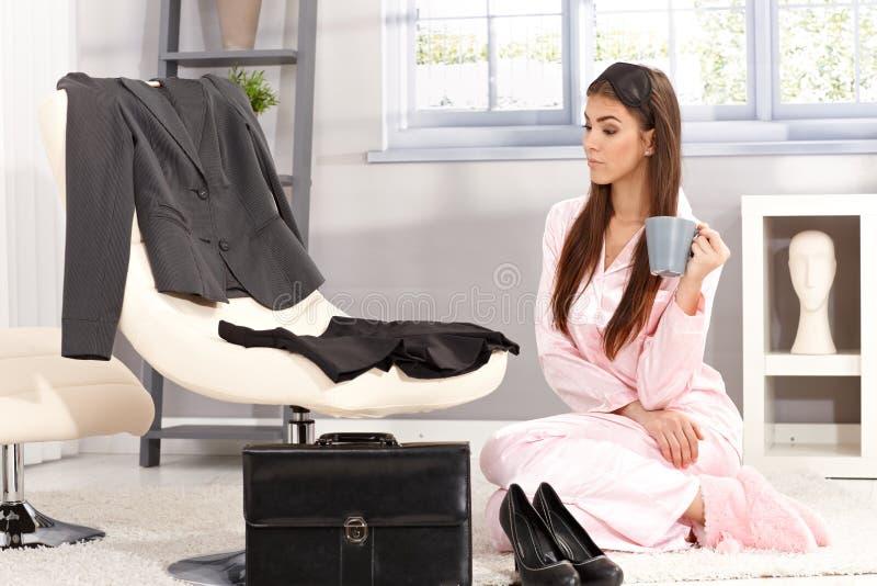 Женщина получая готова для работы стоковая фотография