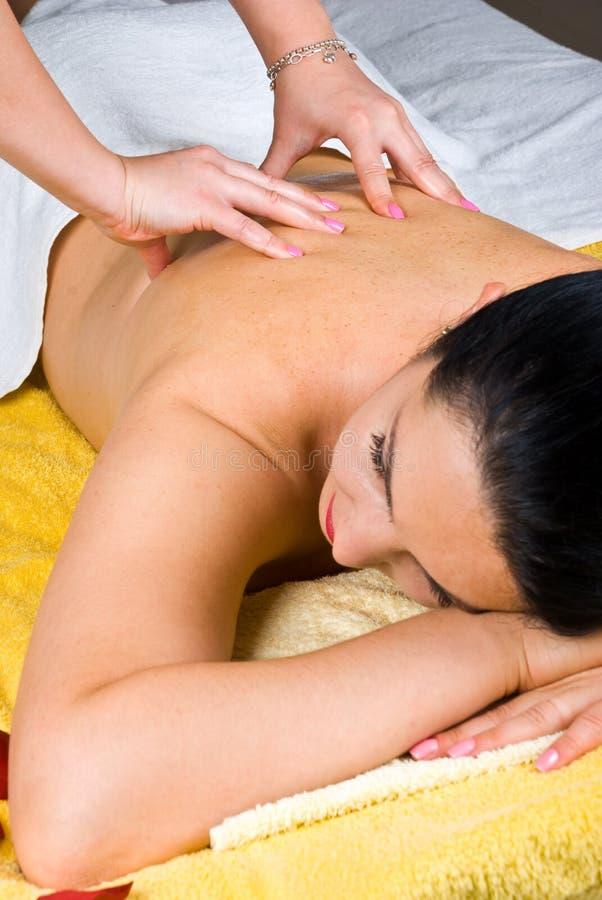 Женщина получая задний массаж на спе стоковая фотография
