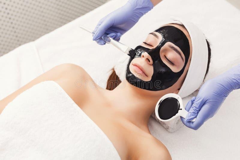 Женщина получая лицевой щиток гермошлема beautician на курорте стоковое изображение rf