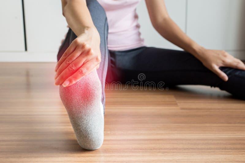 Женщина получая массажировать и подошвы ног для plantar fasciitis, закрывает вверх стоковые фото