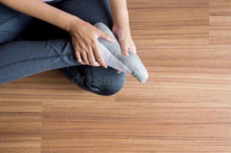 Женщина получая массажировать и подошвы ног для plantar fasciitis, конца вверх, взгляд сверху стоковые фотографии rf