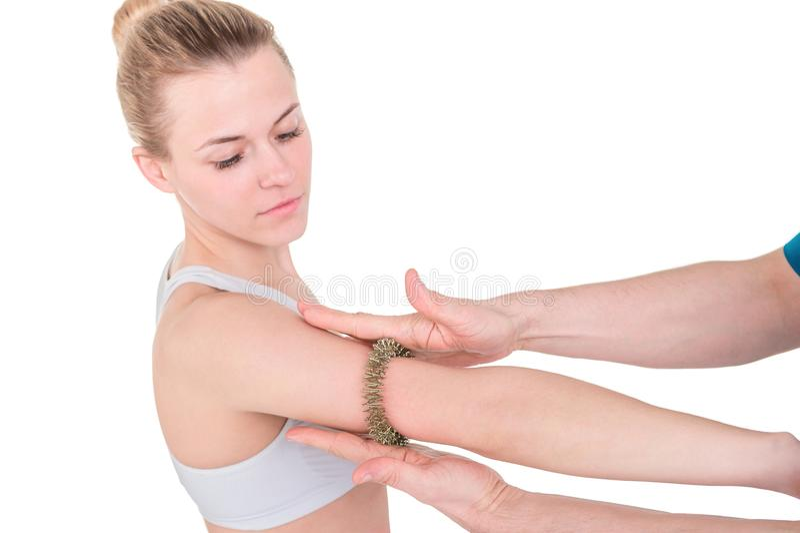 Женщина получая массаж иглоукалывания руки с пальцем точечного массажа стоковые изображения