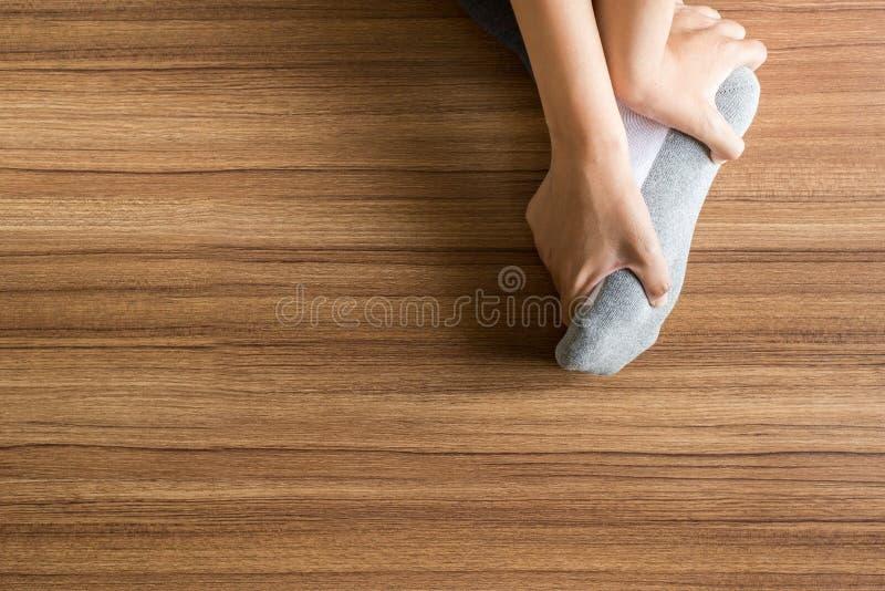 Женщина получая массаж и подошвы ног для plantar fasciitis, закрывает вверх стоковые фотографии rf