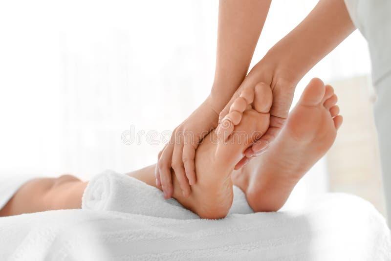 Женщина получая массаж ноги стоковые фото