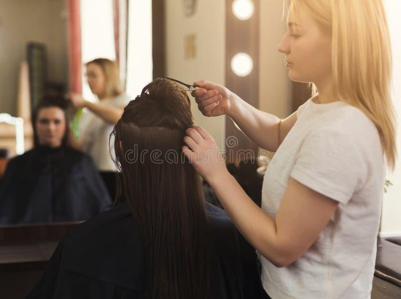 Женщина получая hairdo на салоне стоковые изображения