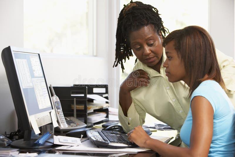 женщина пользы дочи компьютера стоковое фото rf