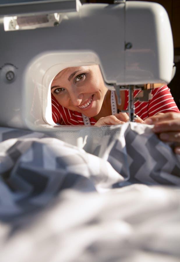 Женщина портноя работая на швейной машине стоковые фотографии rf