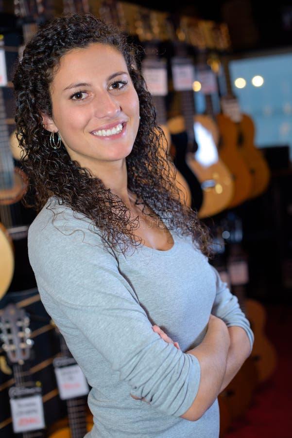 Женщина портрета в магазине музыки стоковая фотография