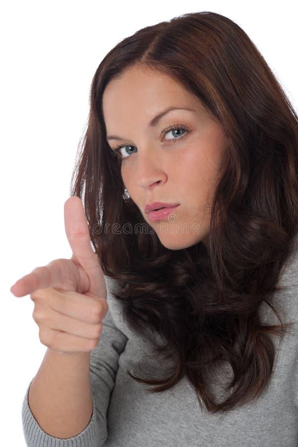 женщина портрета коричневых волос длинняя указывая стоковое фото