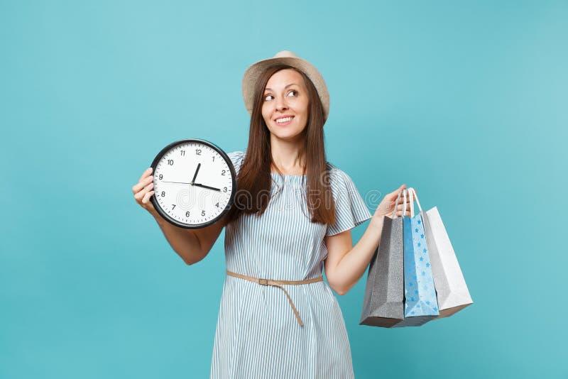Женщина портрета красивая молодая кавказская в платье лета, соломенной шляпе держа сумки пакетов с приобретениями после ходить по стоковая фотография