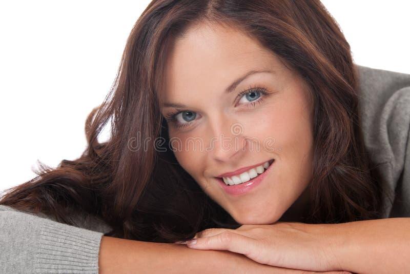 женщина портрета красивейших коричневых волос счастливая стоковые фото