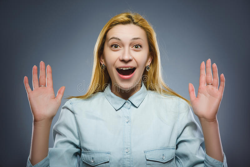 Женщина портрета крупного плана успешная счастливая изолировала серую предпосылку стоковые изображения rf