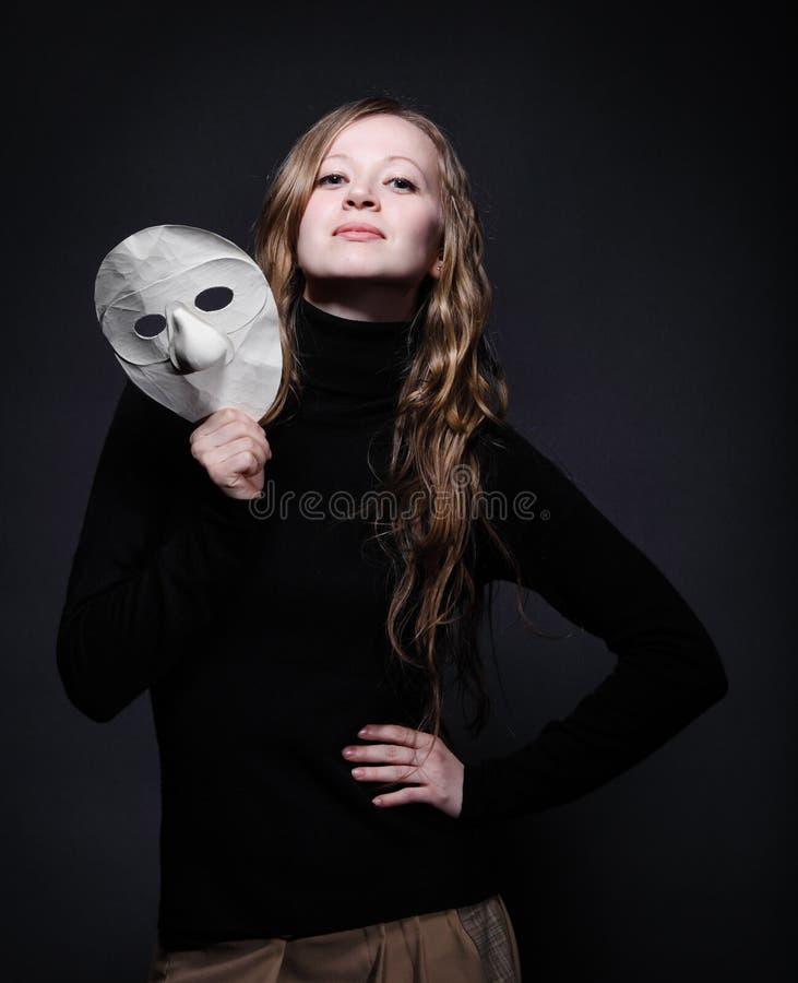 женщина портрета маски красивейшего ключа удерживания низкая стоковое фото