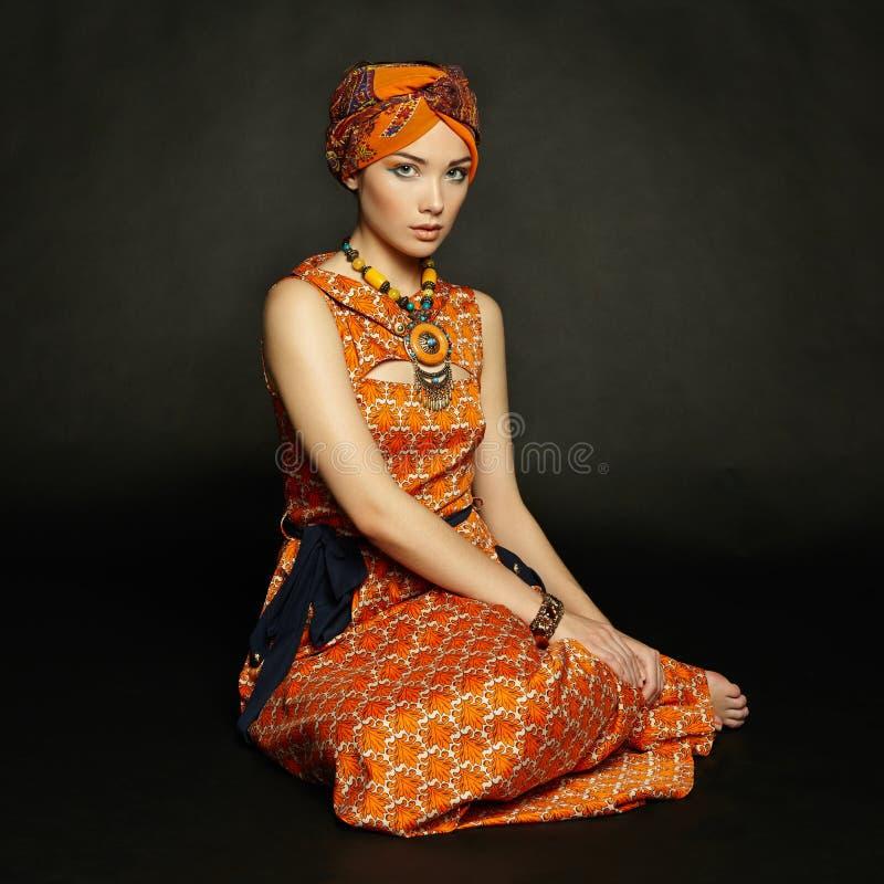 Женщина портрета молодая красивая с ожерельем стоковые изображения rf