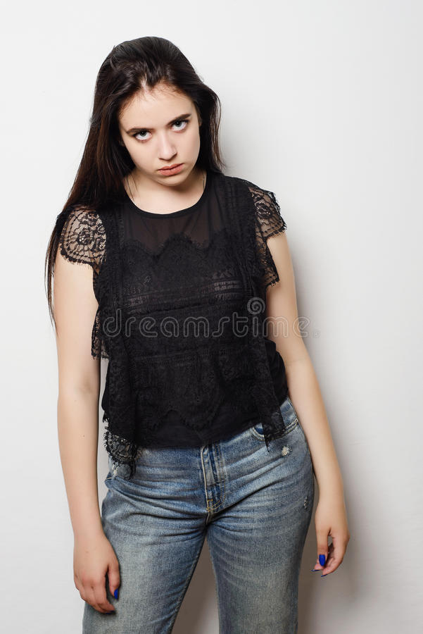 Женщина портрета молодая сердитая с языком жестов чувства выражения стороны эмоции плохой ориентации отрицательным человеческим стоковое изображение rf