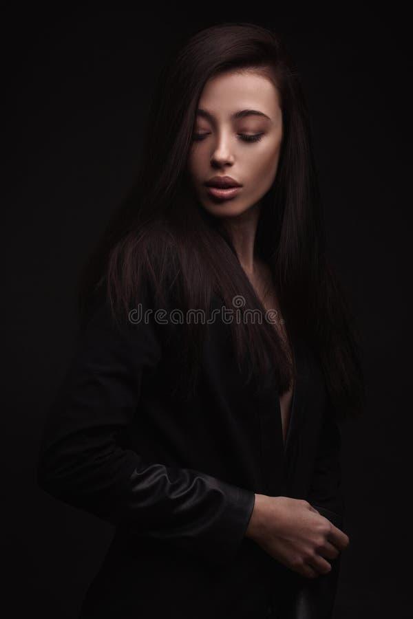 Женщина портрета молодая элегантная в черной куртке стоковое фото