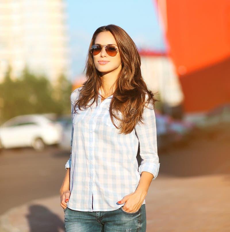 Женщина портрета образа жизни лета моды красивая стоковое фото rf
