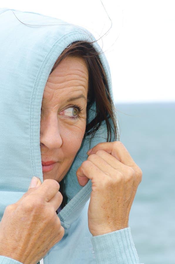 Женщина портрета привлекательная средняя постаретая стоковая фотография rf