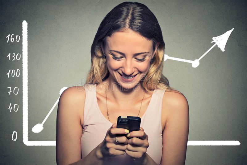 Женщина портрета счастливая используя ее умный телефон стоковые фото