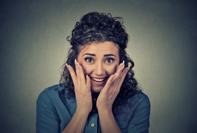 Женщина портрета счастливыми удивленная детенышами стоковая фотография