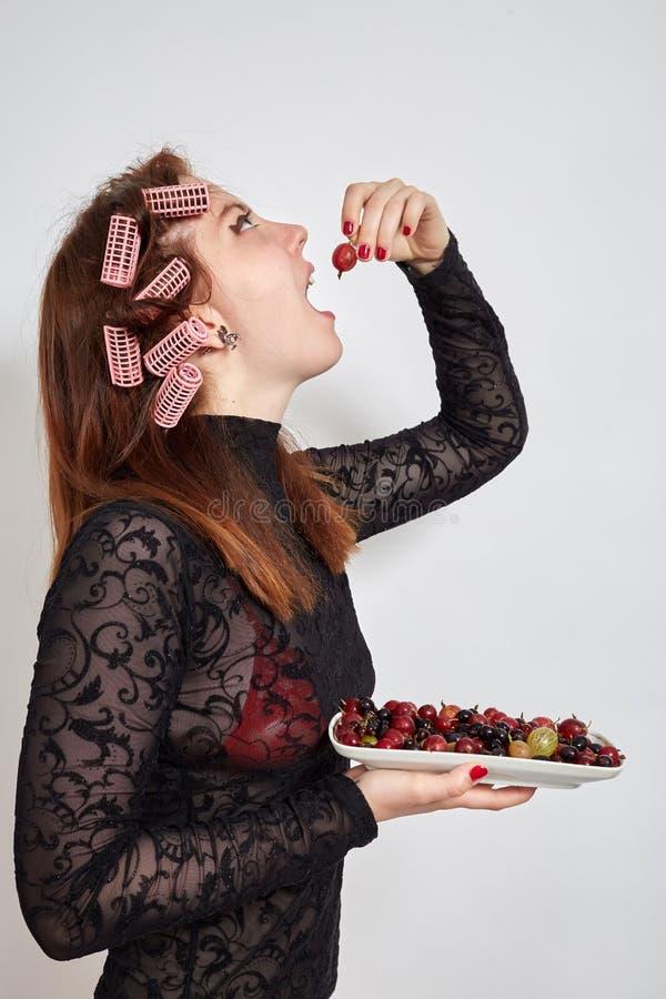 Женщина потехи ест стоковое фото