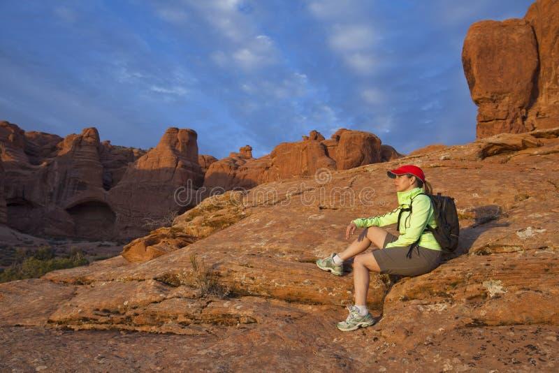 женщина похода отдыхая стоковое фото