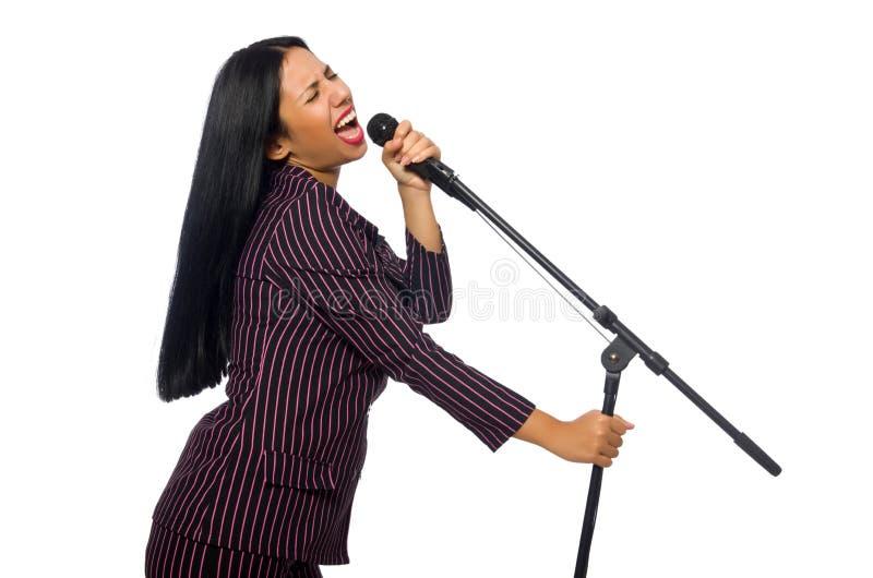 Женщина поя в клубе караоке на белизне стоковое изображение