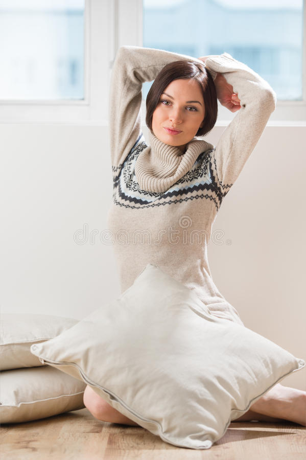 женщина пола брюнет сидя стоковое фото