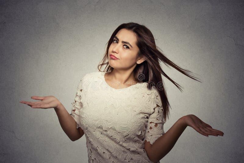 Женщина подготовляет вне плеча пожиманий плечами которая заботит так что стоковые фотографии rf