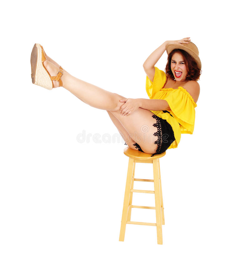 Женщина поднимаясь вверх по ее ногам стоковое фото