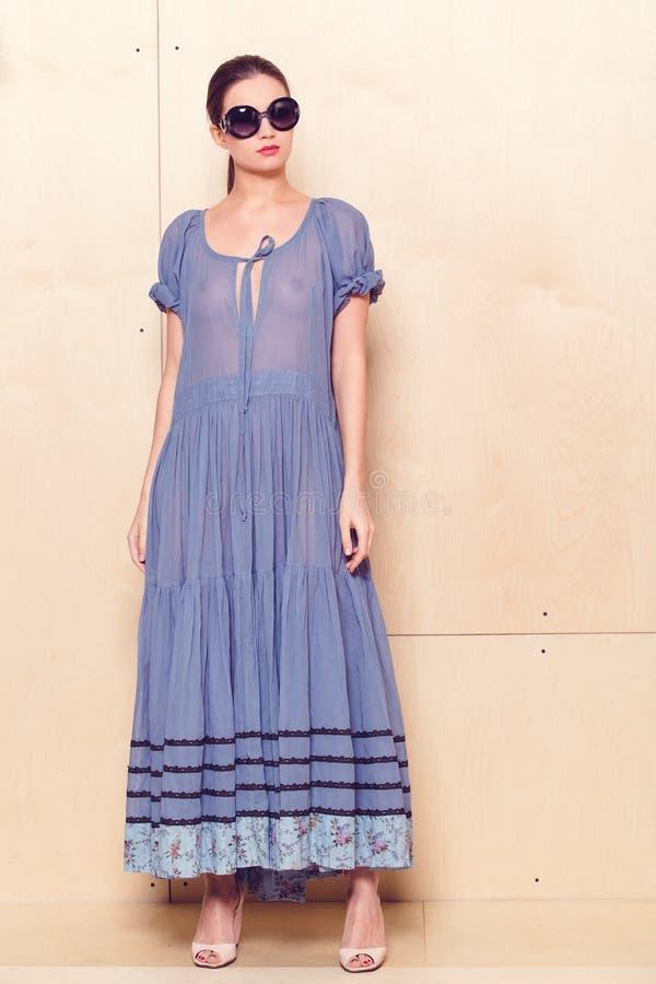 Женщина полного тела тонкая в голубых sundress стоковое фото