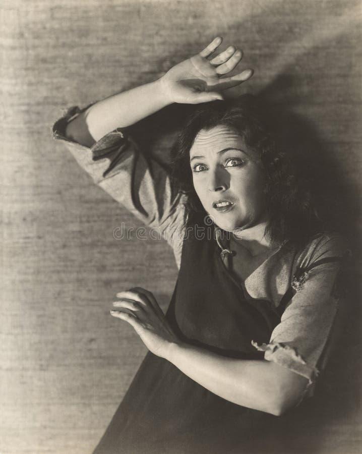 Женщина подпирая прочь в страхе стоковое фото
