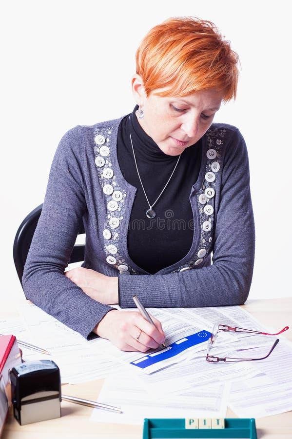 Женщина подсчитывает налоги стоковые фотографии rf