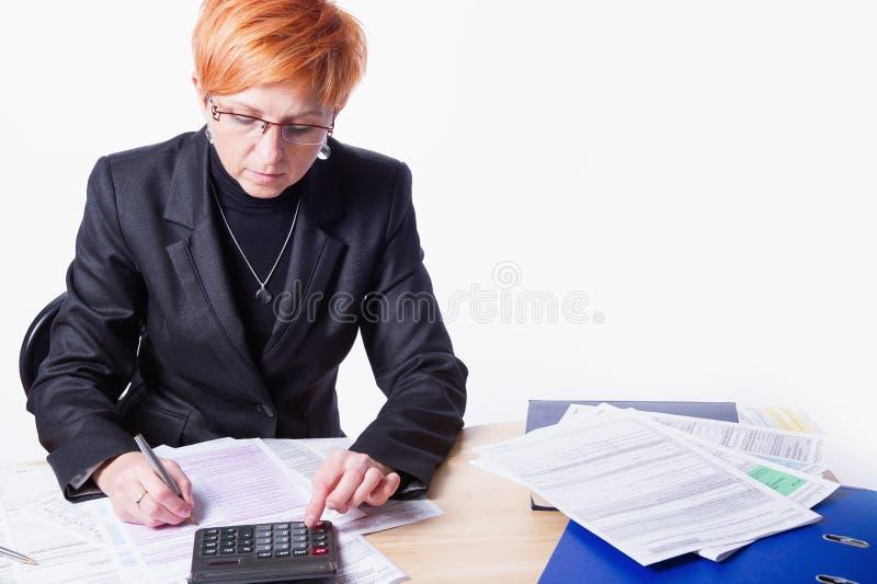 Женщина подсчитывает налоги стоковое изображение rf