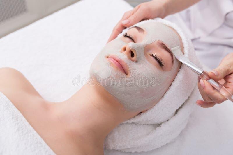 Женщина получает лицевой щиток гермошлема beautician на курорте стоковое фото